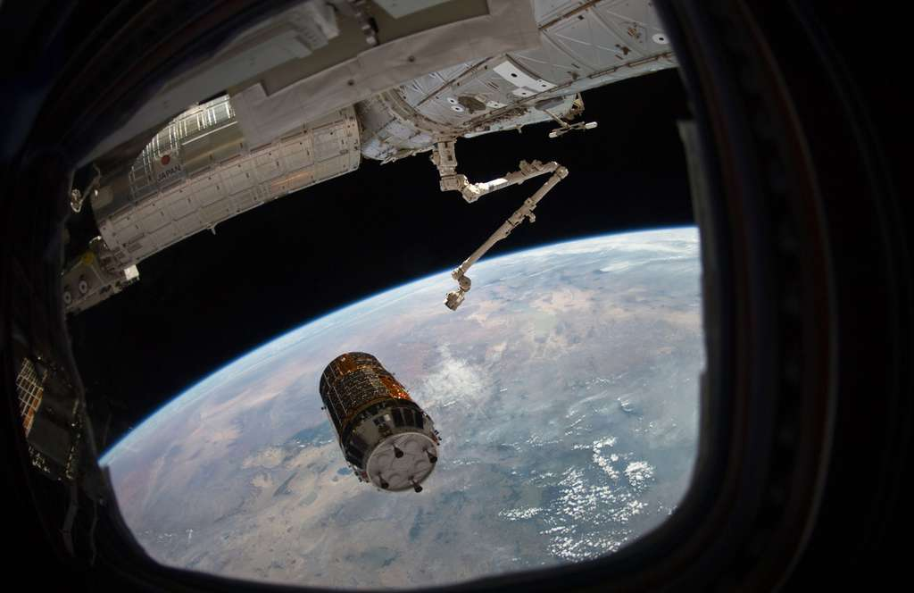 Aux commandes du bras robotique, les deux ingénieurs de vol d'Expedition 26, s'apprêtent à saisir l'HTV-2 qui, après s'être approché à 30 mètres de la Station, a été capturé alors qu'il se trouvait à 10 mètres de l'ISS. L'ATV européen, lui, effectue seul l'amarrage. © Nasa