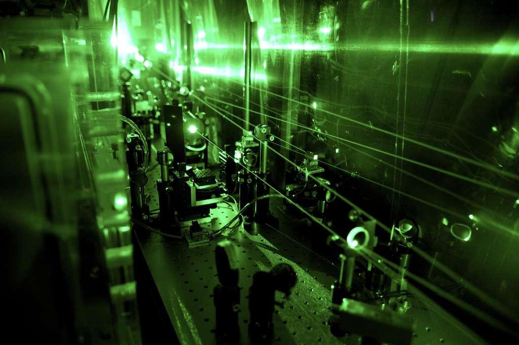 Vue d'une partie du système de lasers nécessaire pour réaliser l'expérience de la détermination du rayon du deutéron, le noyau du deutérium. À cet endroit, la lumière invisible du laser infrarouge est convertie en un laser de lumière verte. © Institut Paul Scherrer, A. Antognini et F. Reiser