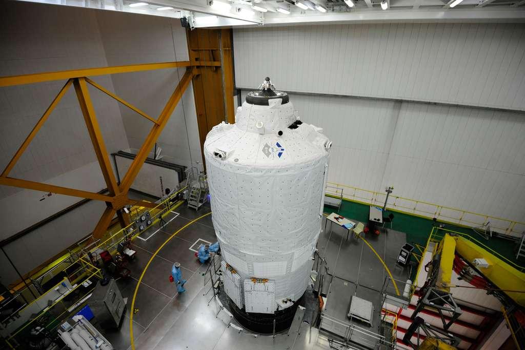 L'ATV-5, intégré à son lanceur, une Ariane 5 ES, avant qu'il ne soit mis sous coiffe dans le bâtiment d'assemblage final. © Esa, M. Pedoussaut