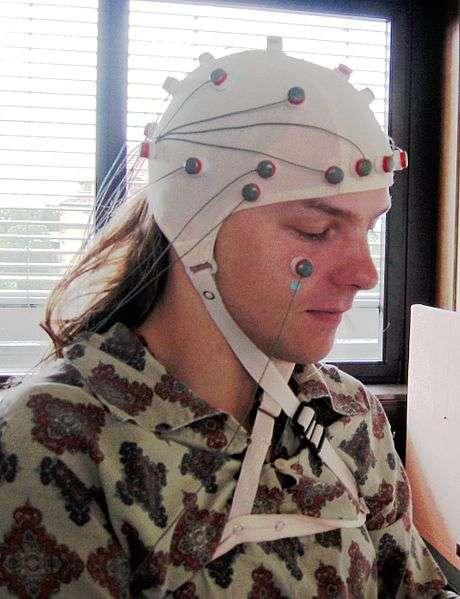 Pour réaliser un électroencéphalogramme, on dispose sur la tête d'un patient un casque avec des électrodes qui vont enregistrer en direct l'activité électrique du cerveau et, plus particulièrement, du cortex cérébral. © Aschoeke, Wikipédia, cc by sa 3.0