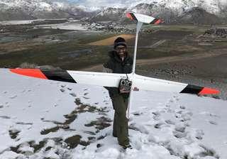 Sans moteur, cet avion radiocommandé frôle les 900 km/h !