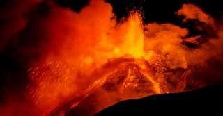 La récente éruption dantesque de l'Etna en vidéo