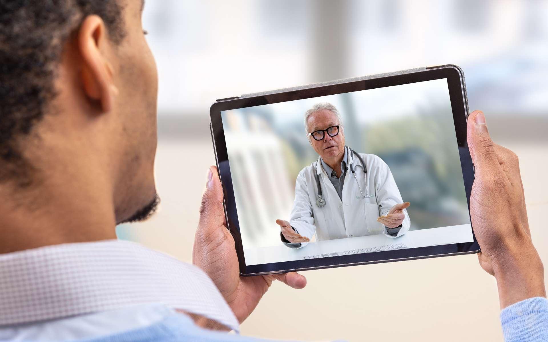 Des courts messages vidéos émanant de soignants appelant à éviter les déplacements semblent être efficaces sur les voyages effectifs des individus. © JPC-PROD, Adobe Stock