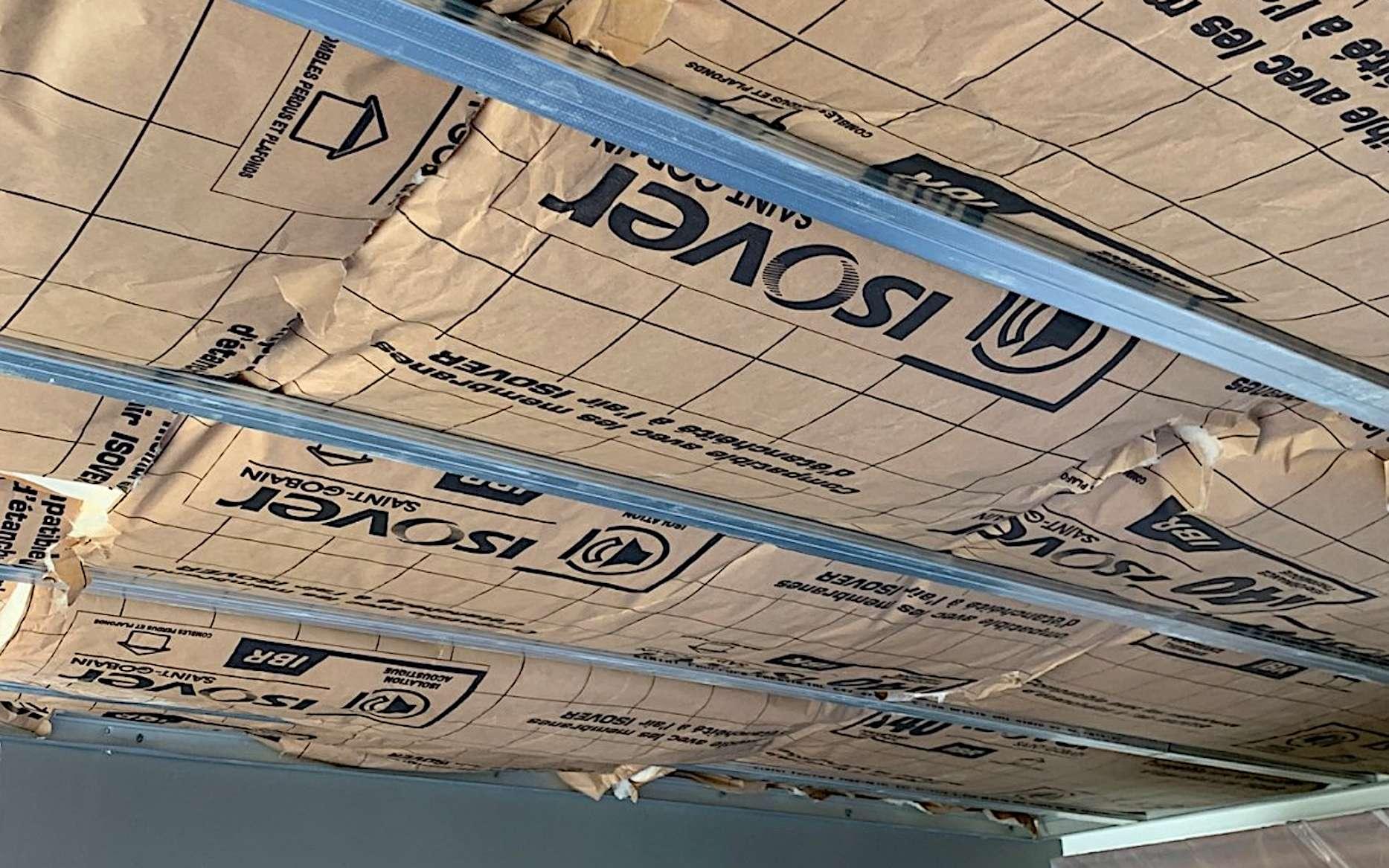 L'ossature autoportante est une solution de choix en rénovation, lorsque le plafond d'origine est irrégulier ou fortement dégradé. © filipeisolation.fr