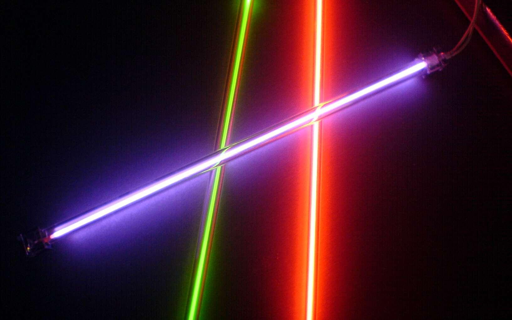Un tube fluorescent est une lampe électrique qui produit une lumière fluorescente. © N.C, Domaine public, Wikimedia Commons