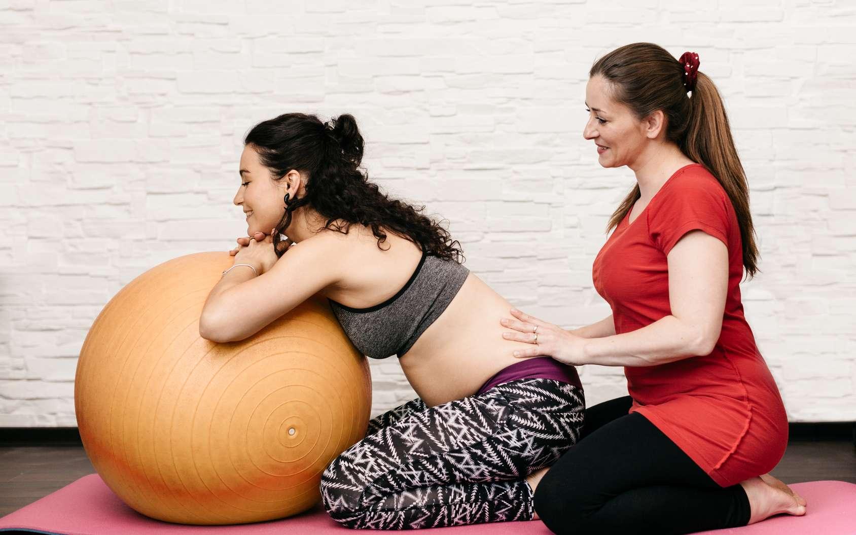 Une des missions de la sage-femme est de proposer des cours de préparation à l'accouchement ou des séances de yoga afin d'aider la maman dans les derniers moments de grossesse. © Newman Studio, Fotolia.