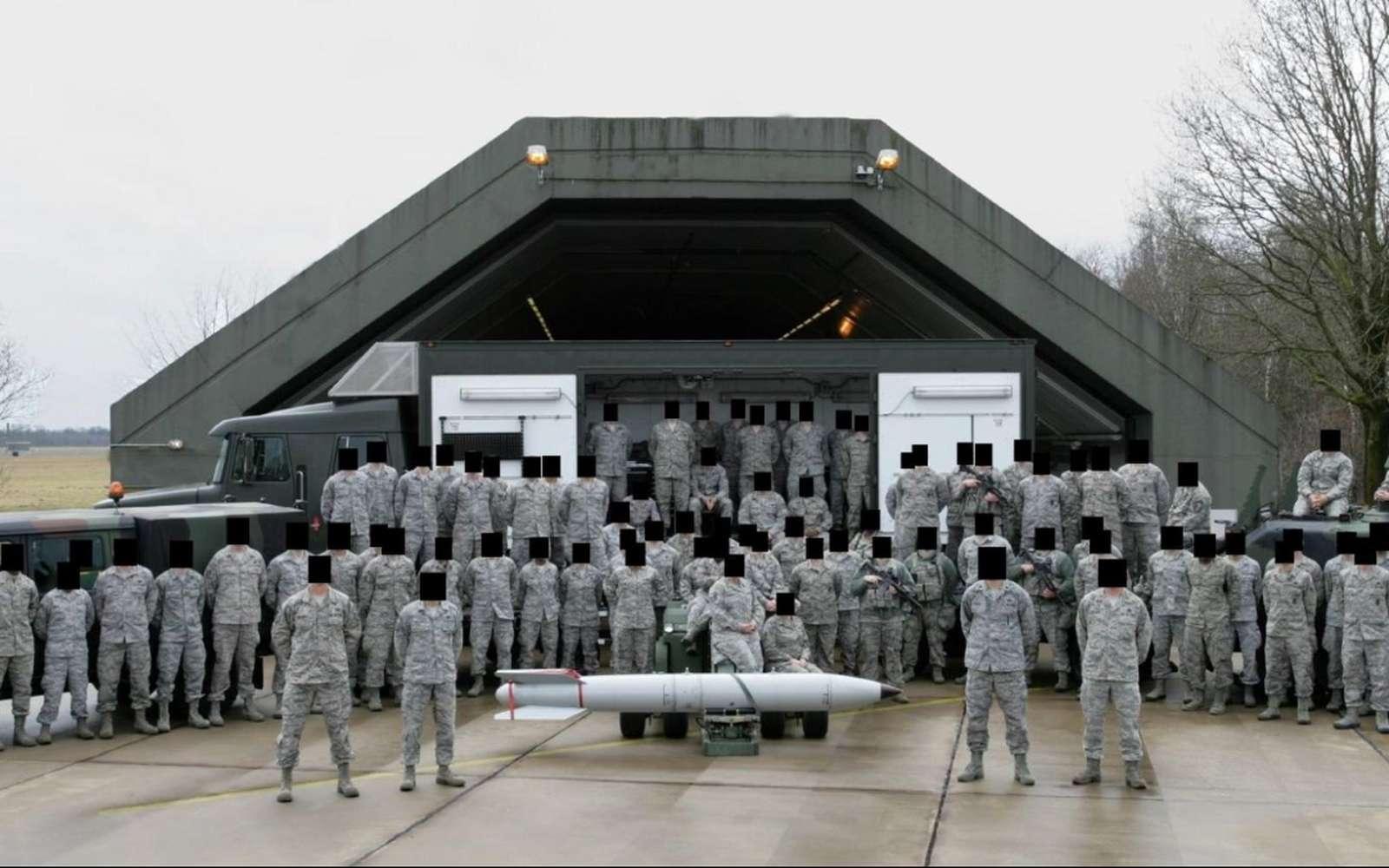 Des soldats américains stationnés sur la base aérienne de Volkel aux Pays-Bas posent devant ce qui pourrait être un missile nucléaire. © Bellingcat