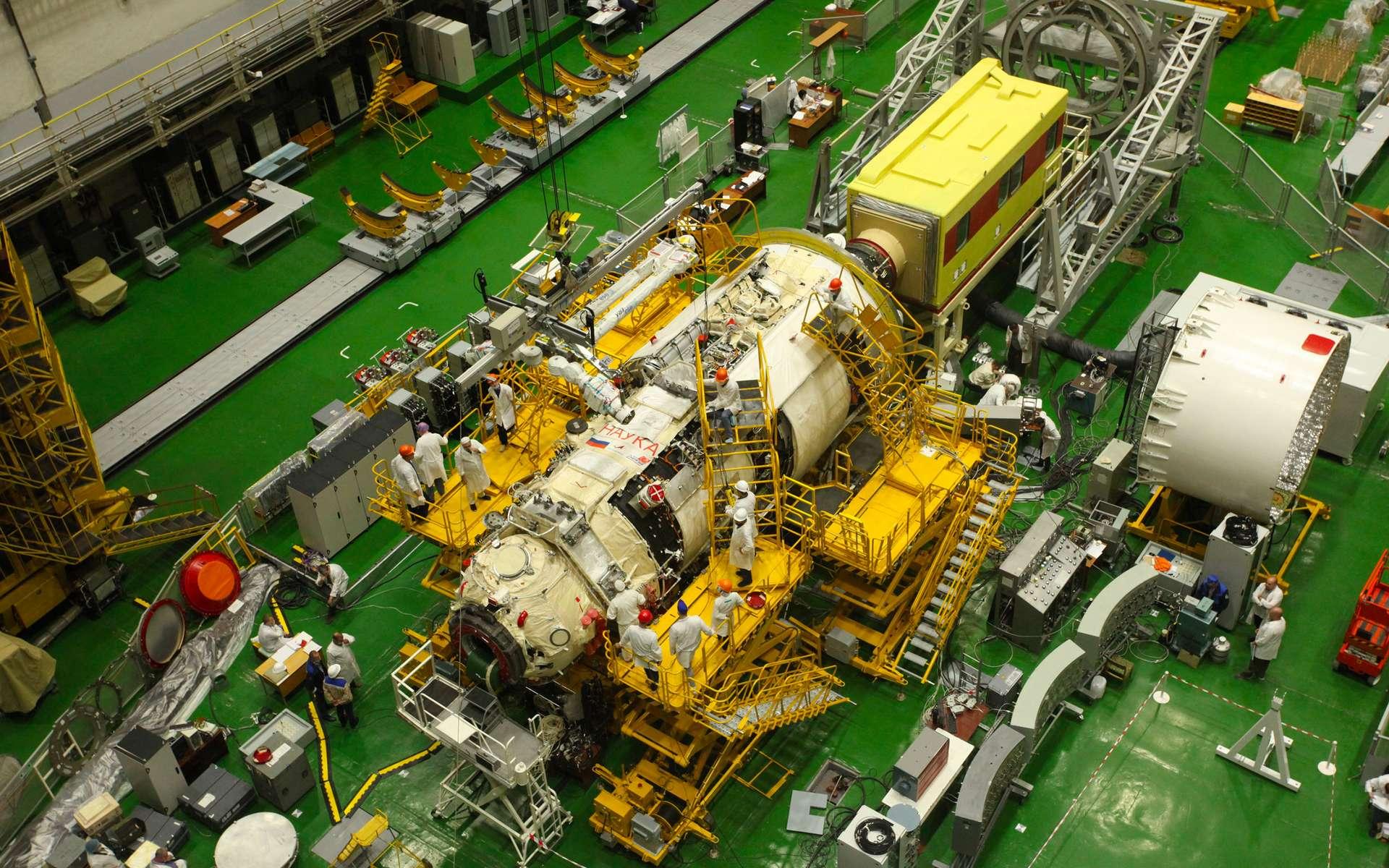 Installation du bras robotique européen ERA sur le module russe Nauka. © Roscosmos