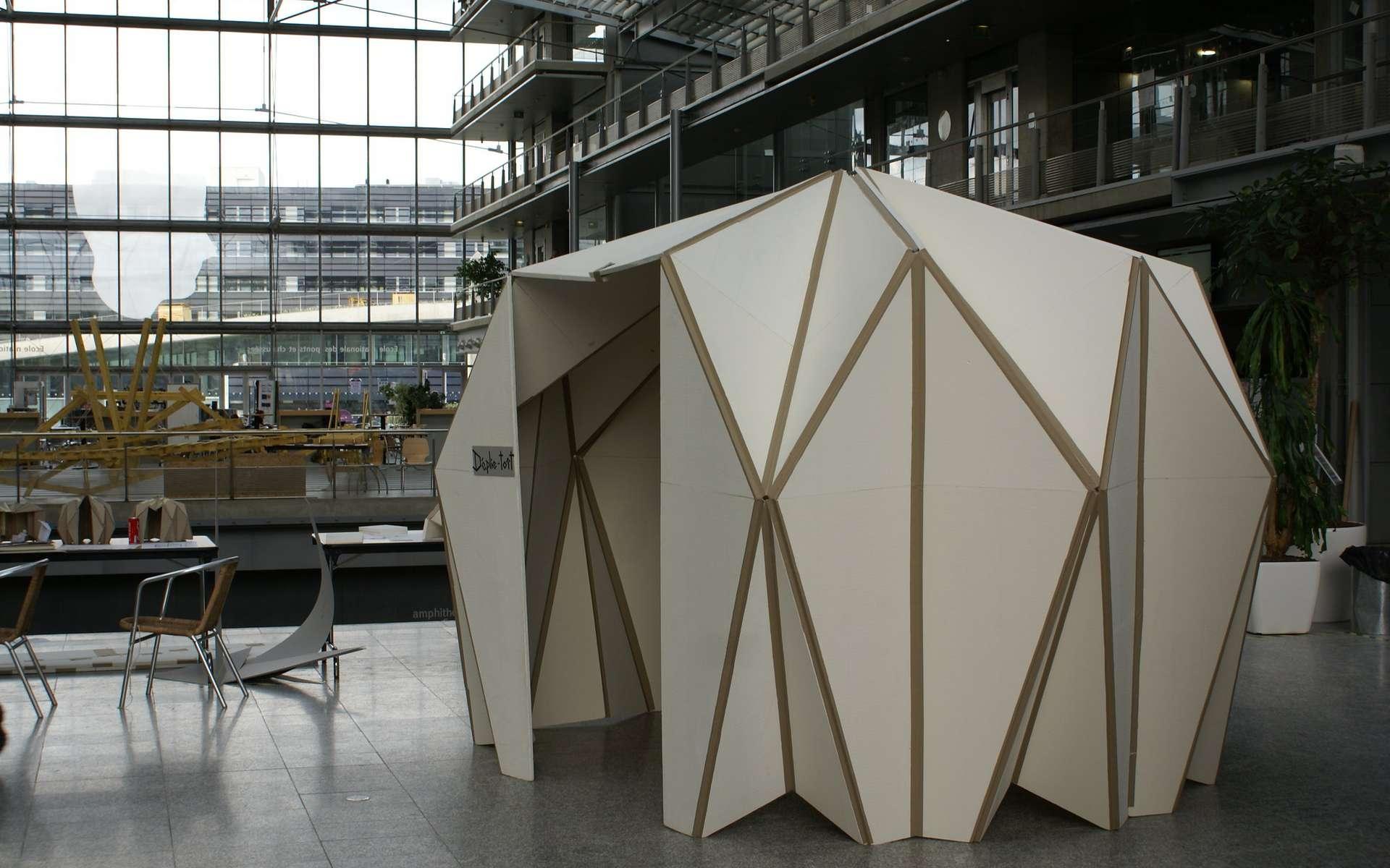 S'inspirer de l'origami pour construire des bâtiments aux formes originales mais plus résistants, voilà l'idée Arthur Lebée, chercheur au laboratoire Navier (École des Ponts - IFSTTAR - CNRS), qui souhaite rapprocher ingénierie et architecture grâce aux sciences de l'origami. © Arthur Lebée, tous droits réservés