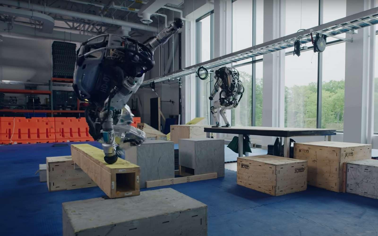 Le robot Atlas peut décider tout seul du comportement à adopter pour passer d'une plateforme à une autre. © Boston Dynamics