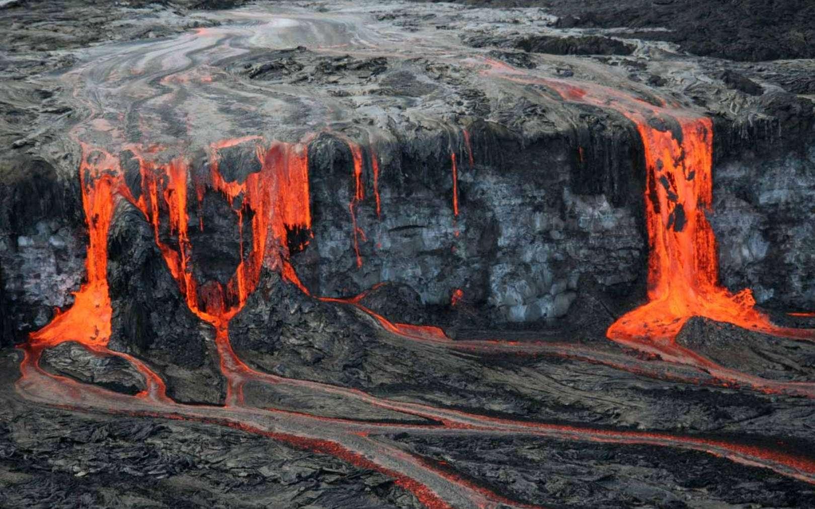 ¯Une éruption du volcan Kilauea à Hawaï a émis de grandes quantités de laves formant la cascade que l'on voit sur cette photo. © USGS