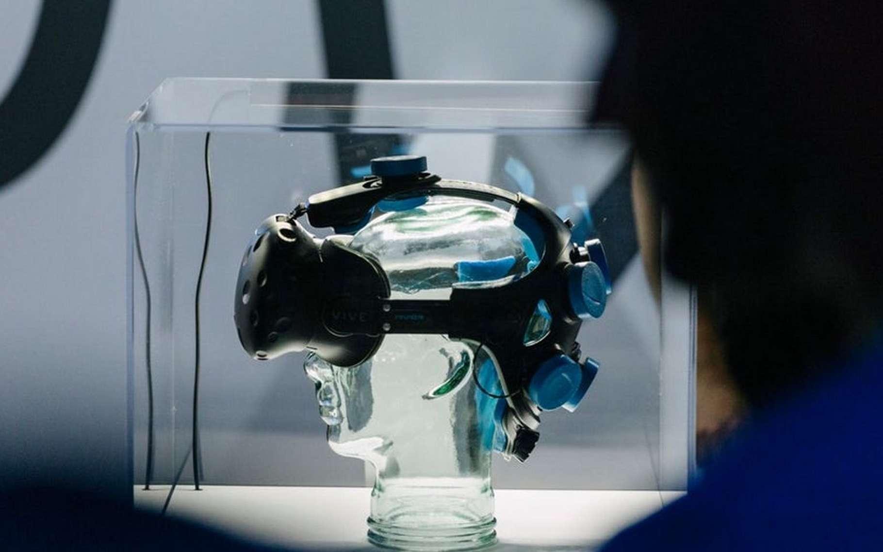 Neurable a modifié un casque de réalité virtuelle HTC Vive pour y ajouter sept électrodes. Le système peut être adapté à d'autres modèles précise l'entreprise. © Neurable