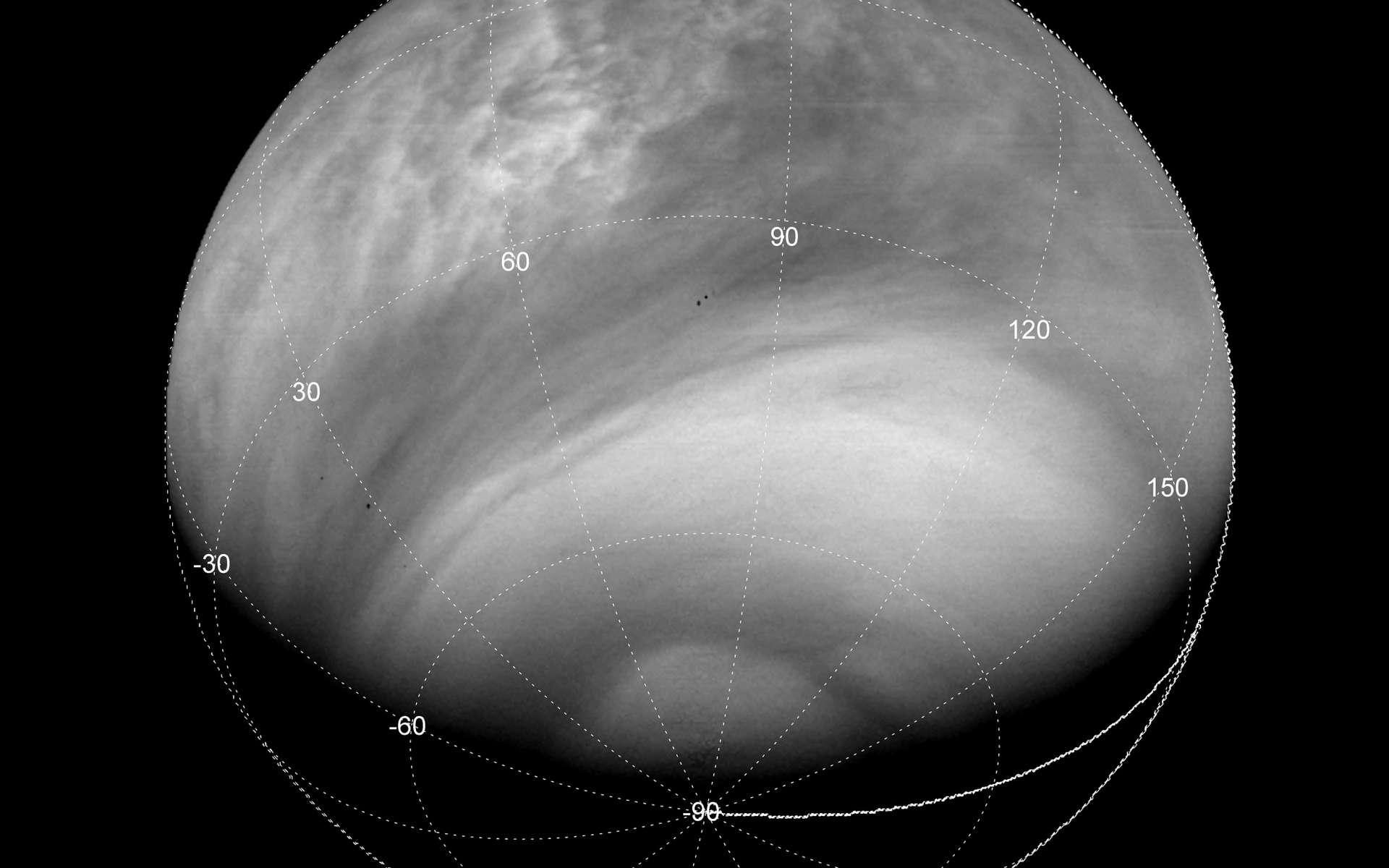 Vénus imagée par la caméra VMC de la sonde européenne Venus Express avec un filtre ultraviolet à 365 nm, à quelque 33.000 km de distance. Les détails visibles en UV se déplacent entre deux images successives, ce qui permet de mesurer la vitesse du vent, principalement orientée d'est en ouest (de droite à gauche sur l'image). © Esa