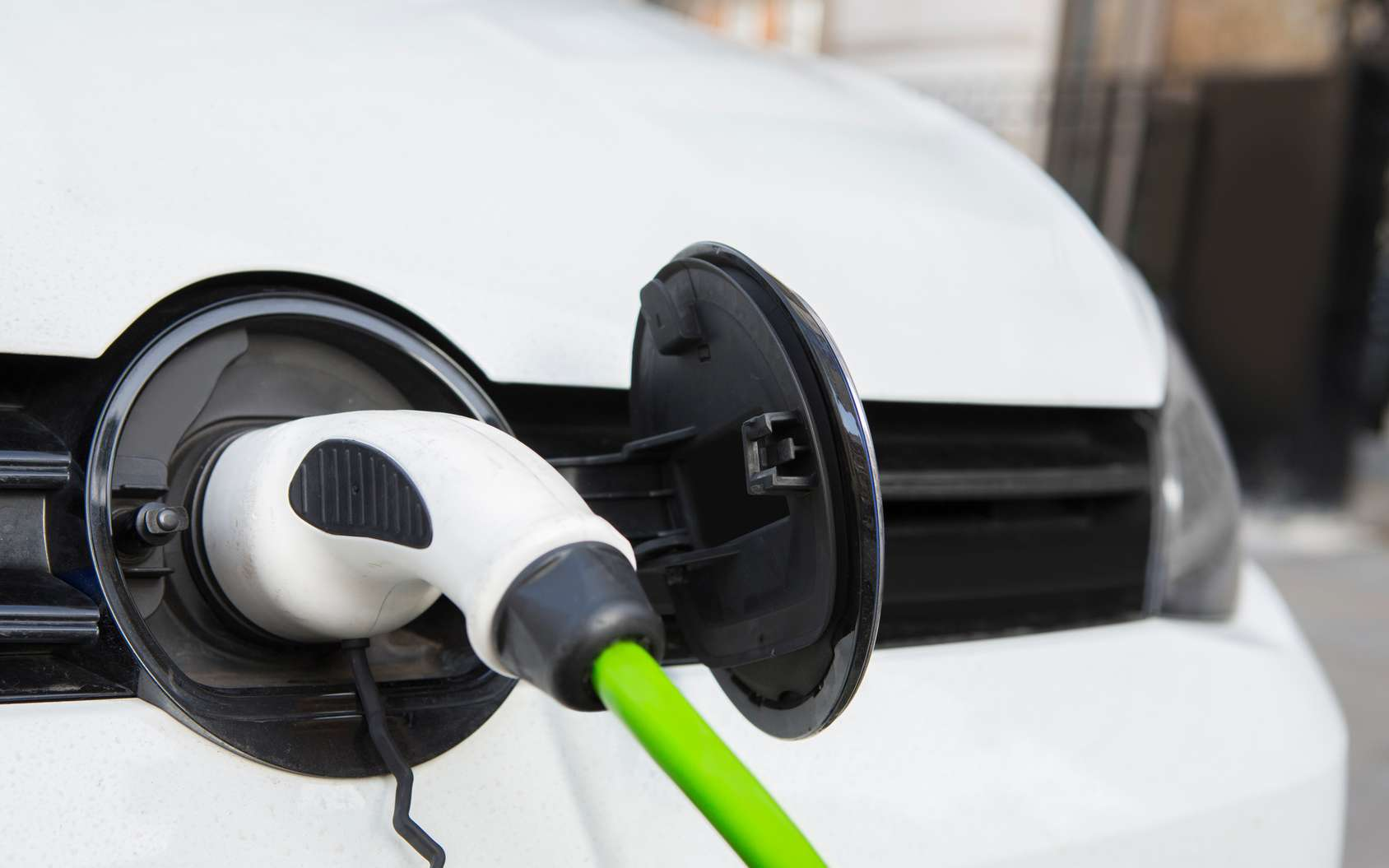 Malgré un prix de vente plus élevé que les voitures essence et diesel, les voitures électriques coûtent moins cher à l'usage. Les subventions généreuses et le coût d'entretien plus faible font partie des explications. © Daisy Daisy, Fotolia