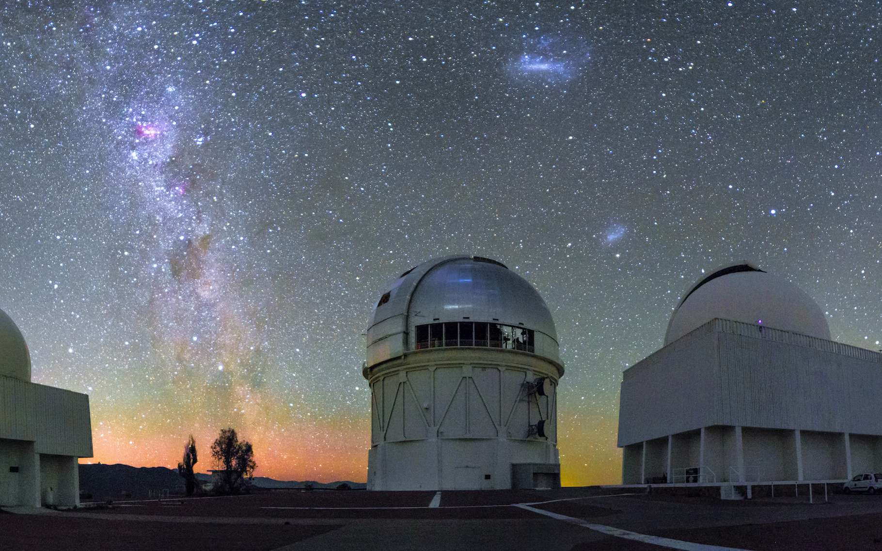 Les Nuages de Magellan au-dessus de l'observatoire interaméricain du Cerro Tololo (Chili). © CTIO, NOIRLab, NSF, AURA, H. Stockebrand