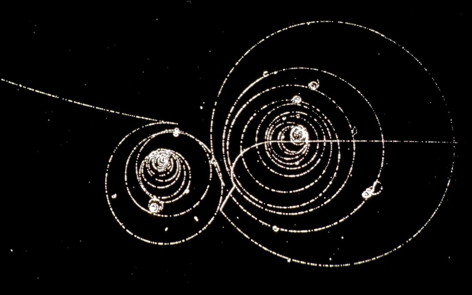Des particules de matière et d'antimatière tournent en spirale dans un champ magnétique. C'est une image prise dans une chambre à bulles, un détecteur utilisé il y a plus de 50 ans. © Cern