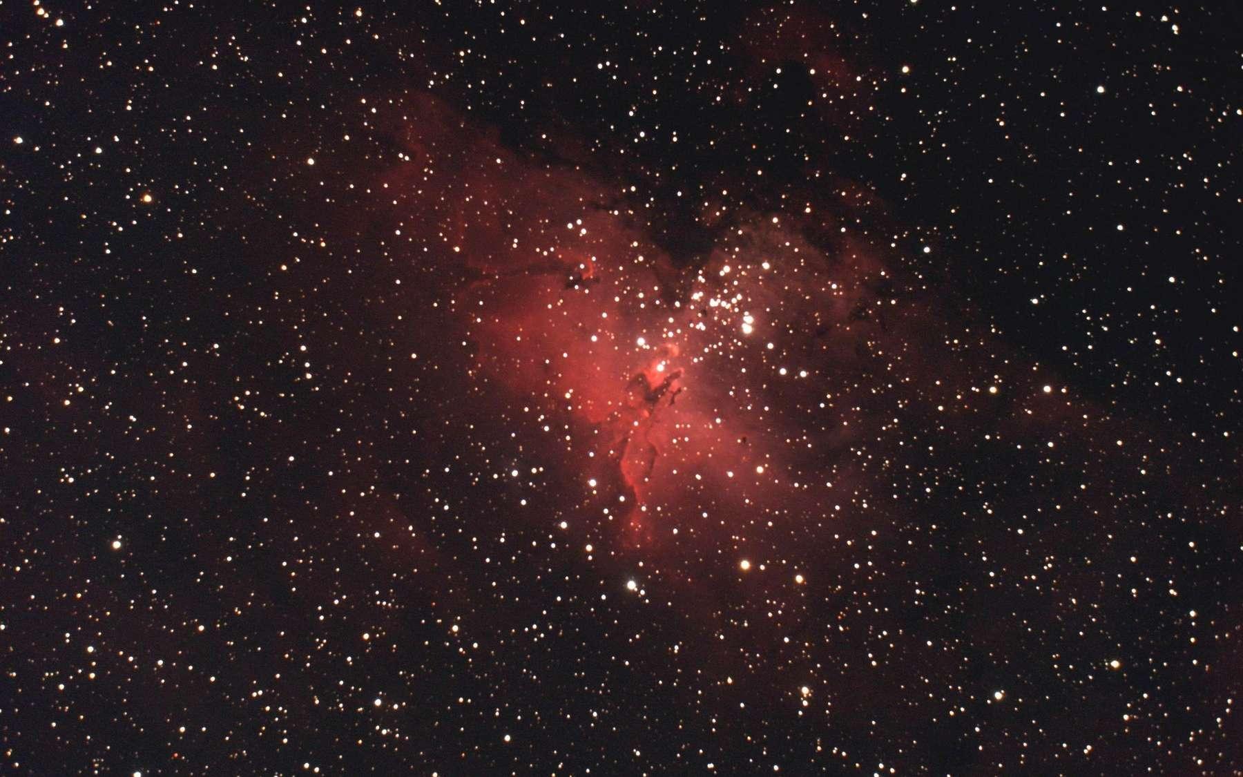 Messier 16, un objet astronomique incontournable où un amas d'étoiles est enveloppé d'une belle nébuleuse. © P. Renauld