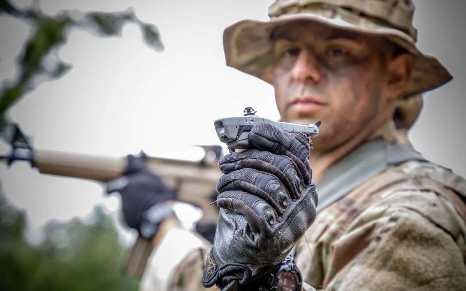 Le nanodrone Black Hornet 3 est un concentré de technologies. Silencieux, il permet aux militaires d'examiner à distance une zone dangereuse. © Flir