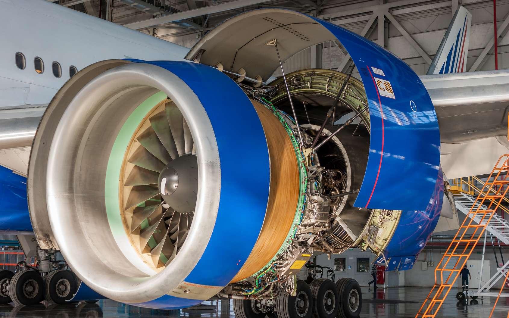 L'ajusteur-monteur aéronautique assemble et fixe des pièces ou parties d'avions ou d'aéronefs. © alhim, Fotolia.