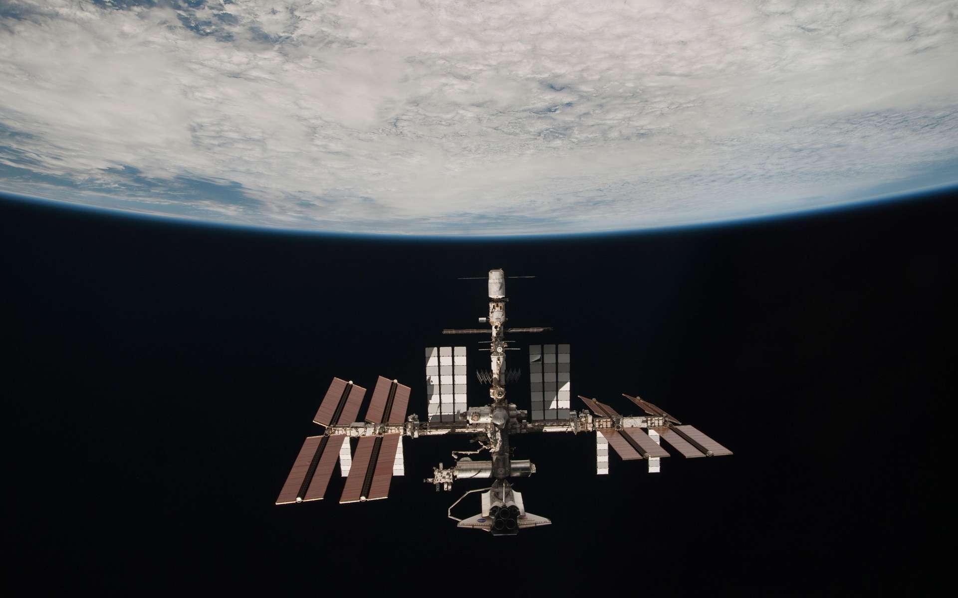 Portrait de famille ou photo historique de l'ISS avec ses vaisseaux d'accès (sauf le japonais HTV). À défaut d'être un succès scientifique, la Station est avant tout un succès politique et technologique sans précédent. © Nasa