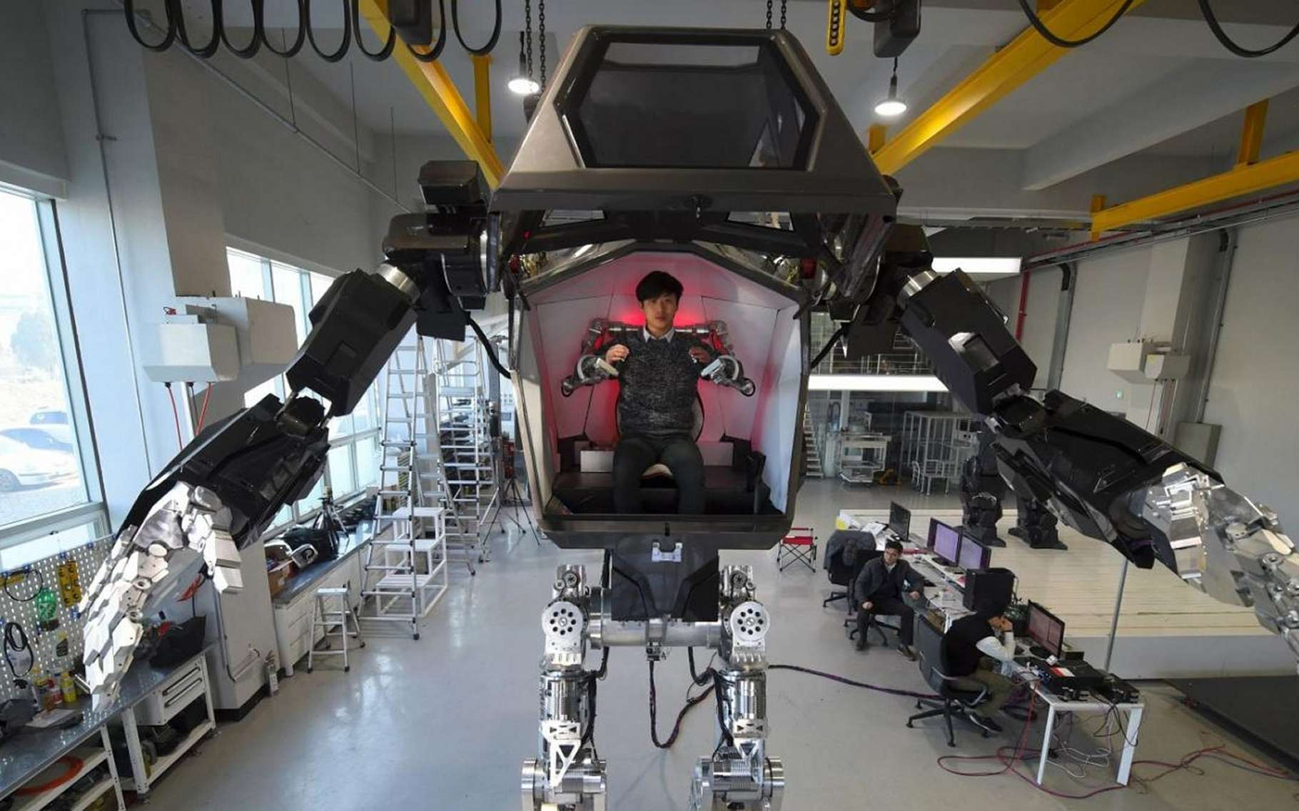 Cet engin bipède, à l'état de prototype, est en fait une conduite intérieure, une sorte d'exosquelette en somme. © Hankook Mirae Technology