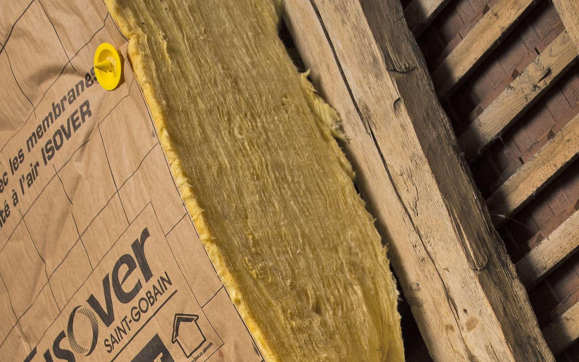 Le matelas de 30 cm d'épaisseur de cette nouvelle laine de verre permet d'isoler des combles aménagés en une seule couche tout en respectant les impératifs de la future réglementation thermique. © Isover