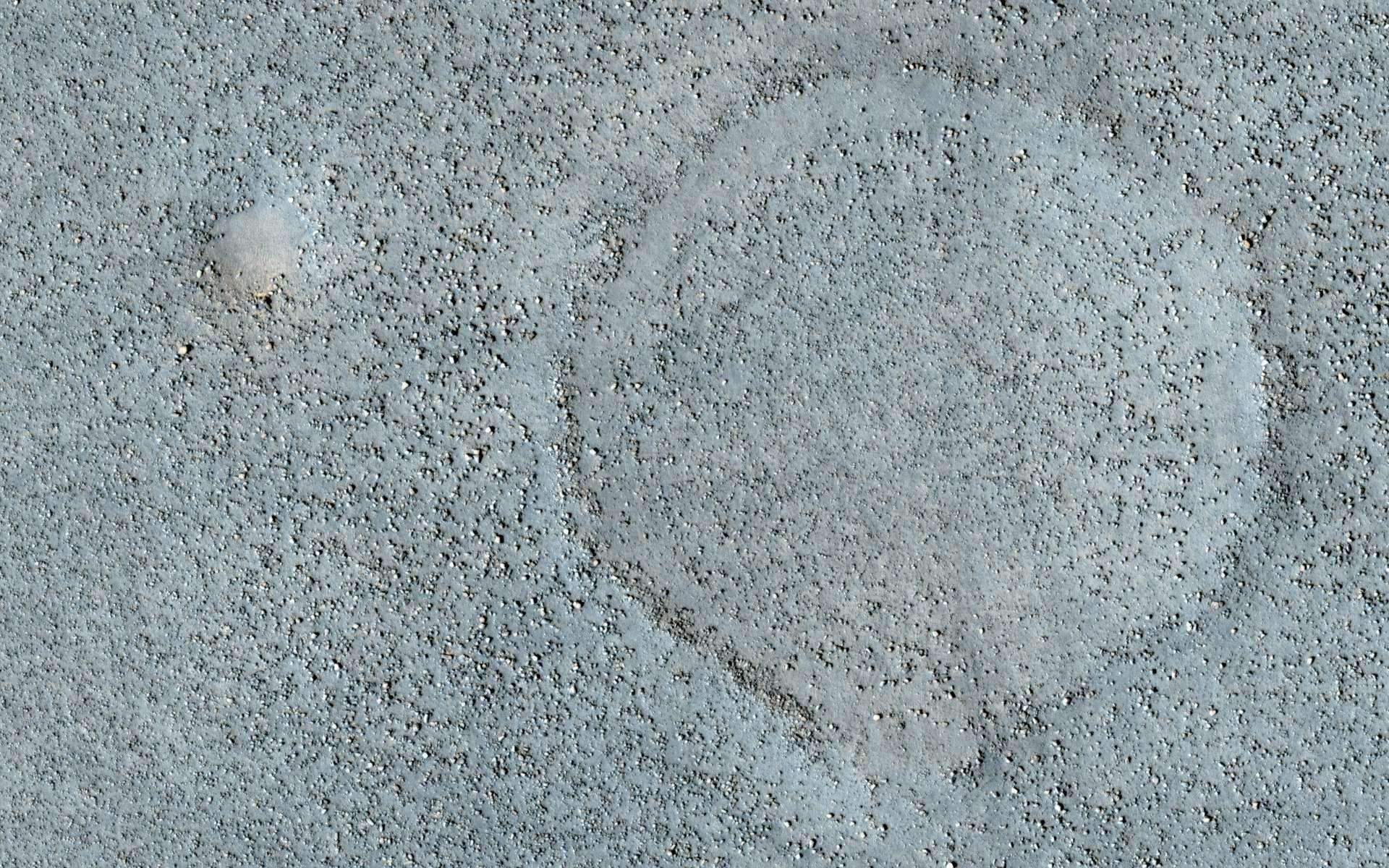 Ce champ de pierres témoigne d'une activité géologique passée que les géologues aimeraient décrypter. Mais l'envoi d'un robot d'exploration sur ces terrains est beaucoup trop risqué. Crédit Nasa / JPL-Caltech / University of Arizona