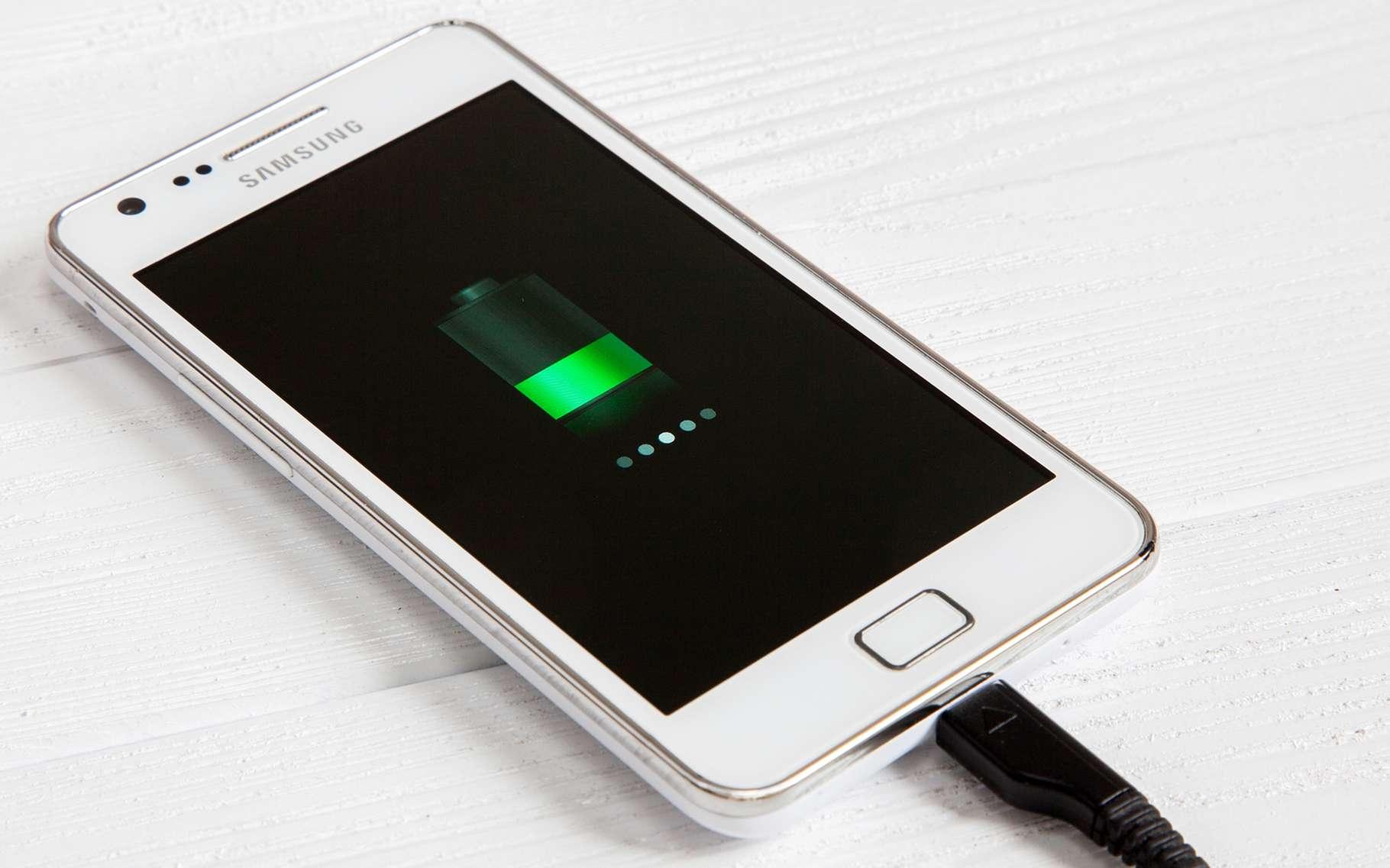 De nouvelles batteries lithium-métal développées par une start-up issue du Massachusetts Institute of Technology (MIT) promettent, à nos smartphones notamment, une autonomie record. © George Dolgikh, Shutterstock