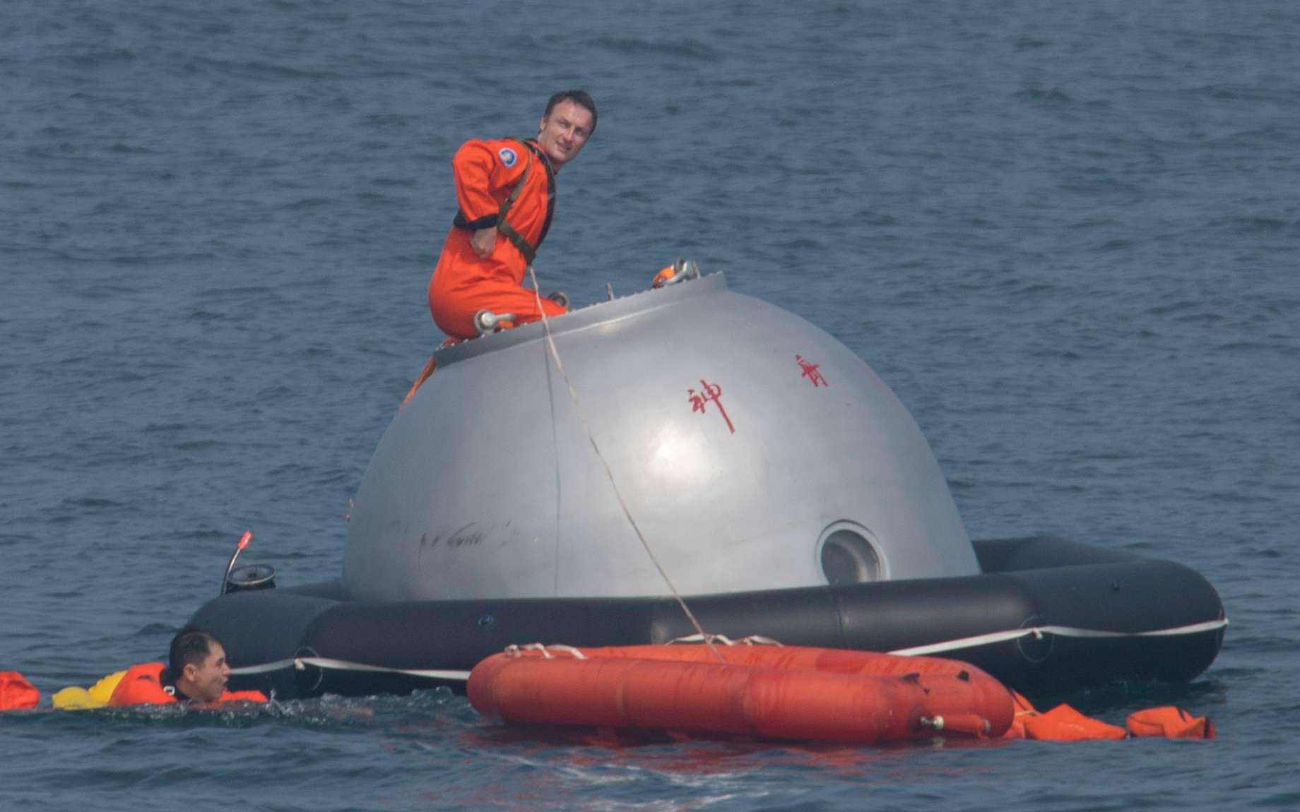 Des astronautes européens s'entraînent pour voler à bord de la station spatiale chinoise. Photo prise lors d'un stage de survie en pleine mer de Chine : Matthias Maurer doit apprendre à sortir d'une capsule de retour d'orbite après un amerrissage non prévu. © S. Corvaja, ESA