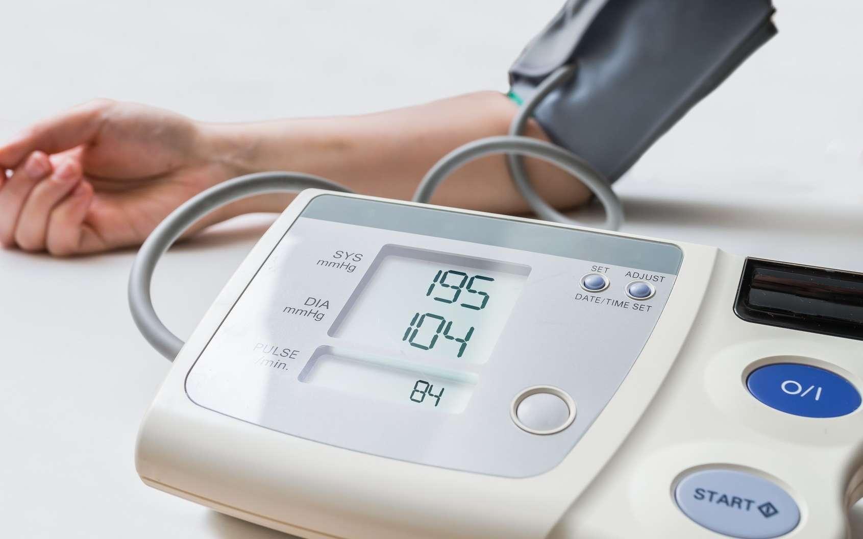 L'hypertension est détectée par la mesure réalisée par un tensiomètre. © vchalup, Fotolia