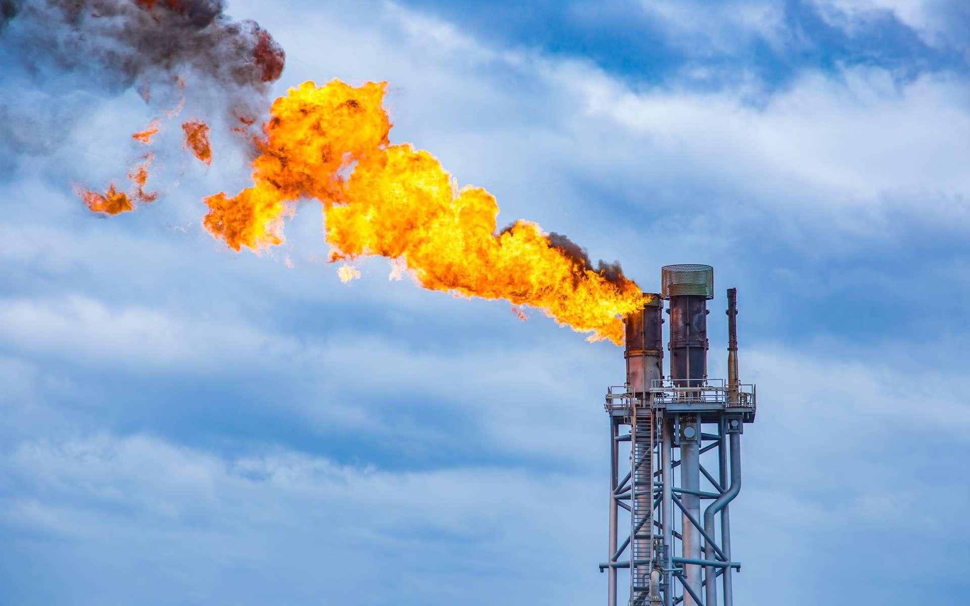 Le gaz des torches gaspillé est-il la solution pour créer des cryptomonnaies ? © pichitstocker, Adobe Stock