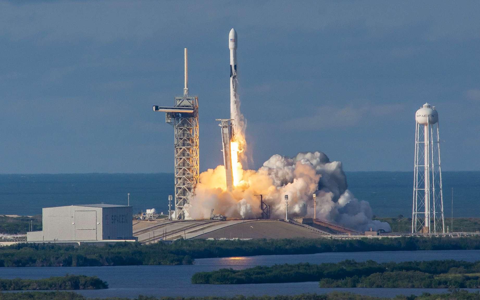 Un Falcon 9 au décollage avec à son bord le satellite Es'hail-2 (novembre 2018). © SpaceX