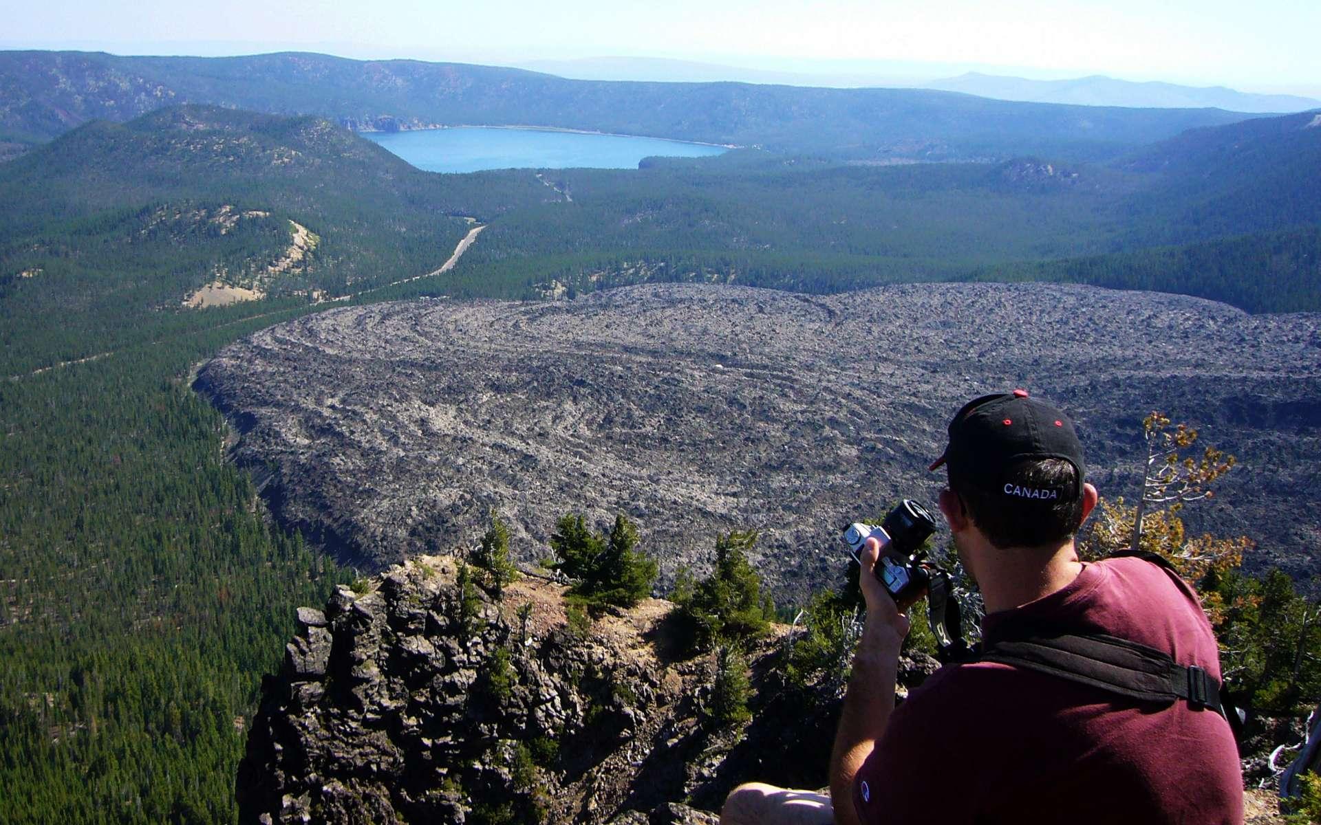 Cette vue saisissante prise depuis le bord sud de la caldeira de Newberry, en Oregon, montre la plus récente coulée de lave de ce volcan. Nommée Big Obsidian Flow, elle provient de sa dernière éruption il y a environ 1.300 ans. ©️ Victor Camp