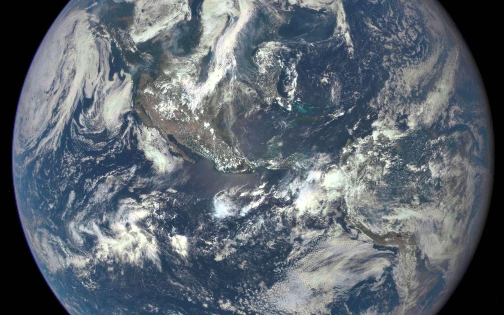 La Terre, le 6 juillet 2015, photographiée par le satellite DSCOVR (Deep Space Climate Observatory) à 1,6 million de kilomètres de distance. Les humains sont-ils en train de l'abîmer ? © Nasa