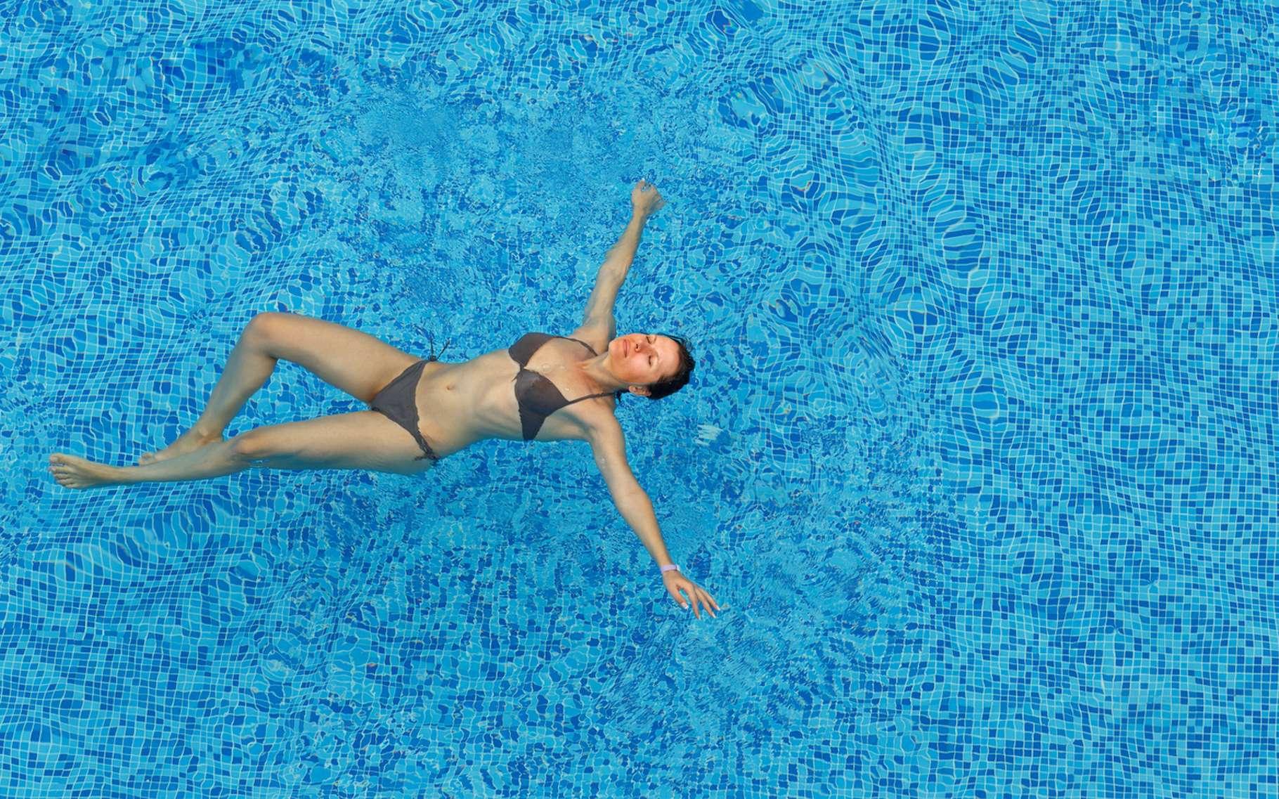 Parce que leur corps contient généralement plus de graisse, les femmes flottent mieux que les hommes. © vladstar, Fotolia