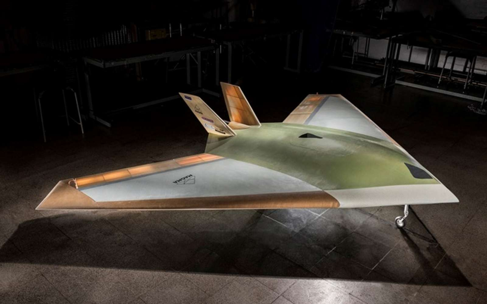 Plus furtif, plus léger et moins coûteux à produire qu'un avion classique, le Magma est totalement dénué de gouvernes de direction. Il se manœuvre grâce à des flux d'air. © BAE Systems
