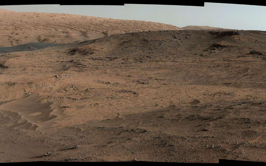 Vue panoramique de Pahrump Hills. Curiosity a pris cette mosaïque de photos au pied du colossal mont Sharp (5.500 m) le 17 septembre 2014. © Nasa, JPL-Caltech, MSSS