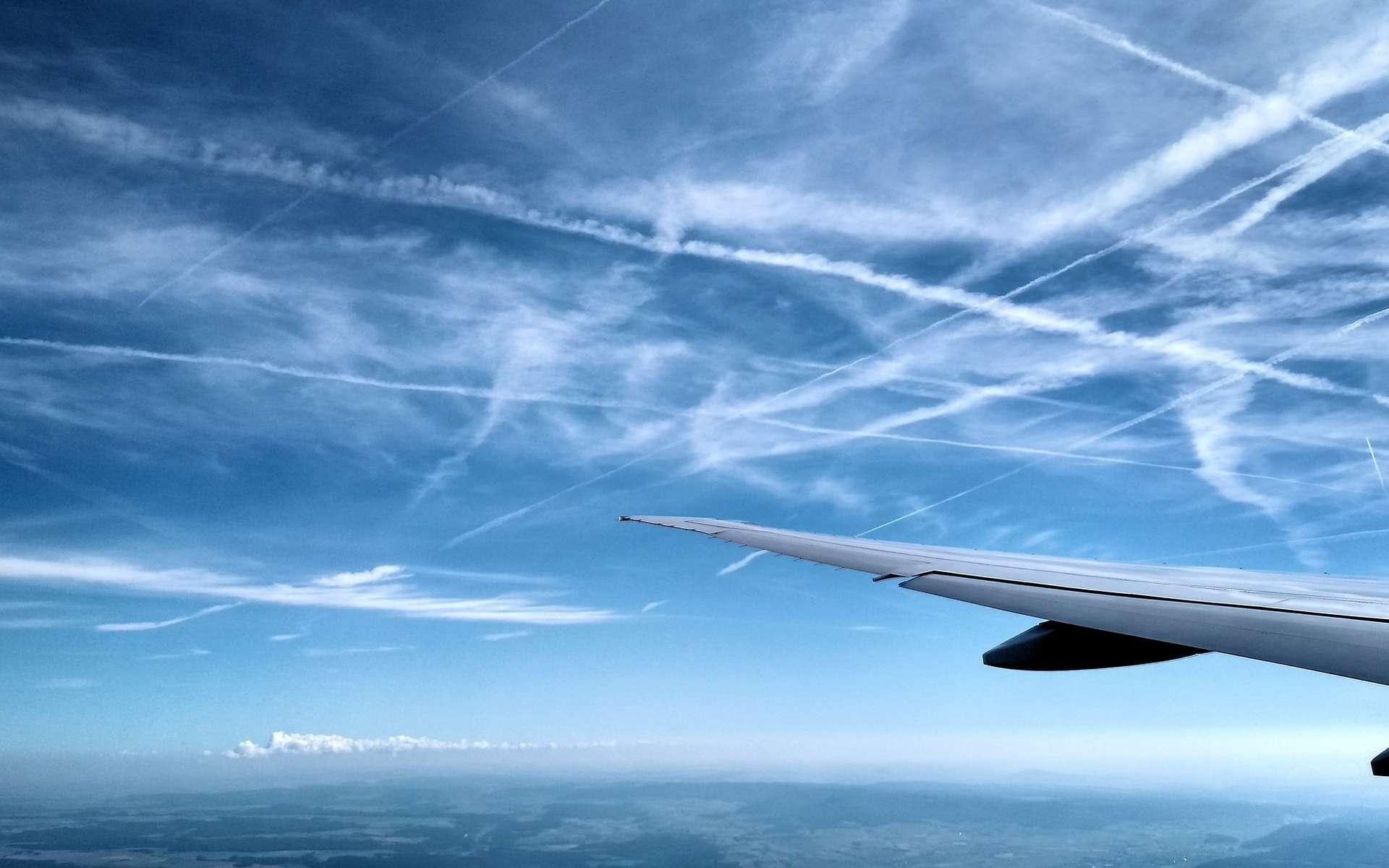 Les trainées laissées par les avions contribuent à l'augmentation de l'effet de serre. © Rogerio Camboim, Flickr