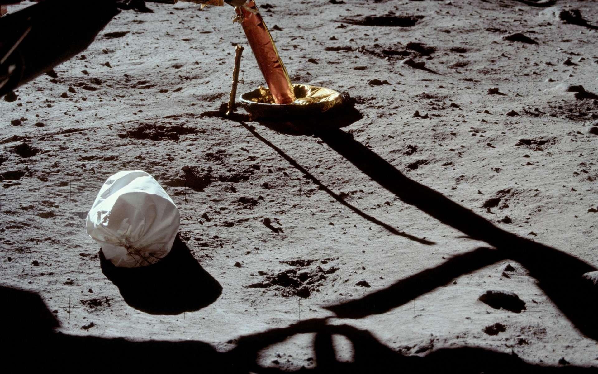 La photo du sac-poubelle prise par Neil Armstrong le 21 juillet 1969 avant ses premiers pas sur la Lune. © Nasa