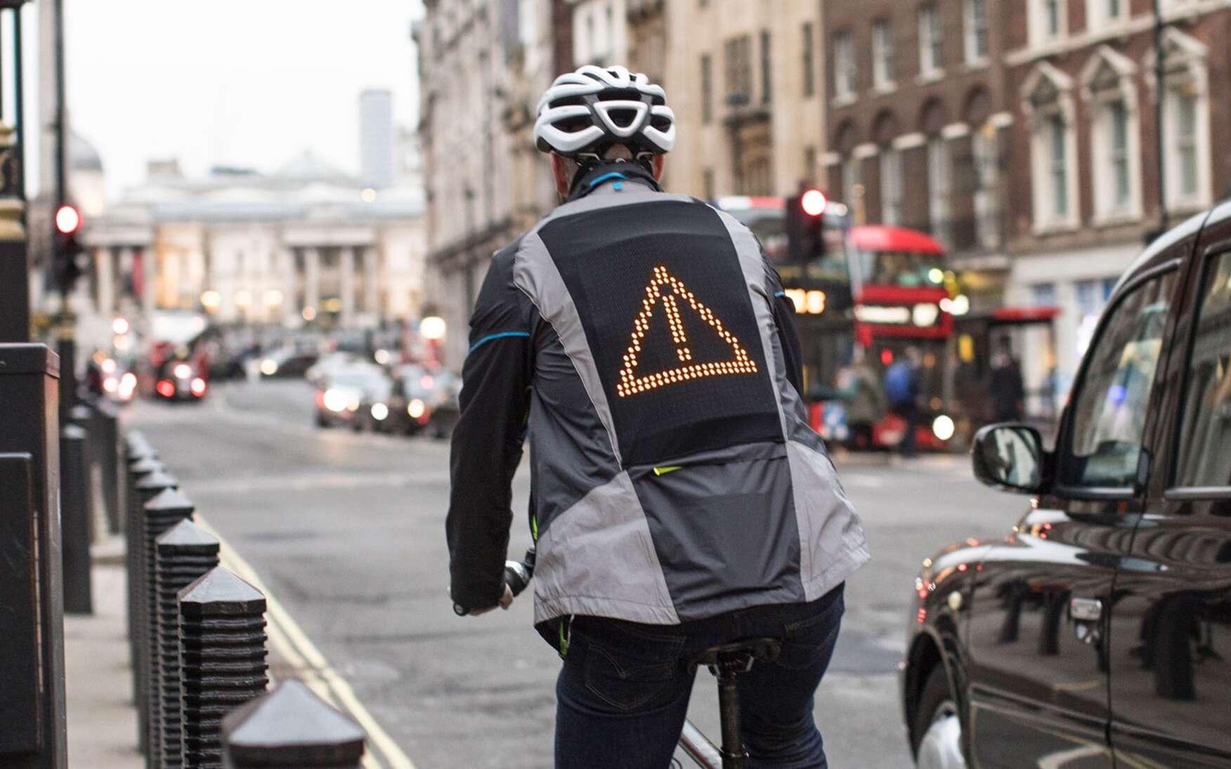 Pour mieux se signaler auprès des voitures et des scooters, Ford a imaginé une veste intelligente avec des smileys mais aussi des clignotants. © Ford