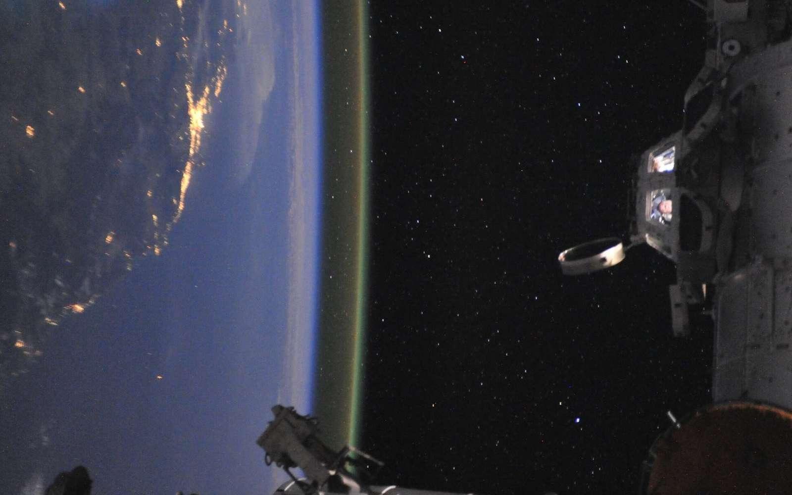 Vue imprenable sur la Terre pour les astronautes placés dans la coupole d'observation de l'ISS (à droite). © Nasa
