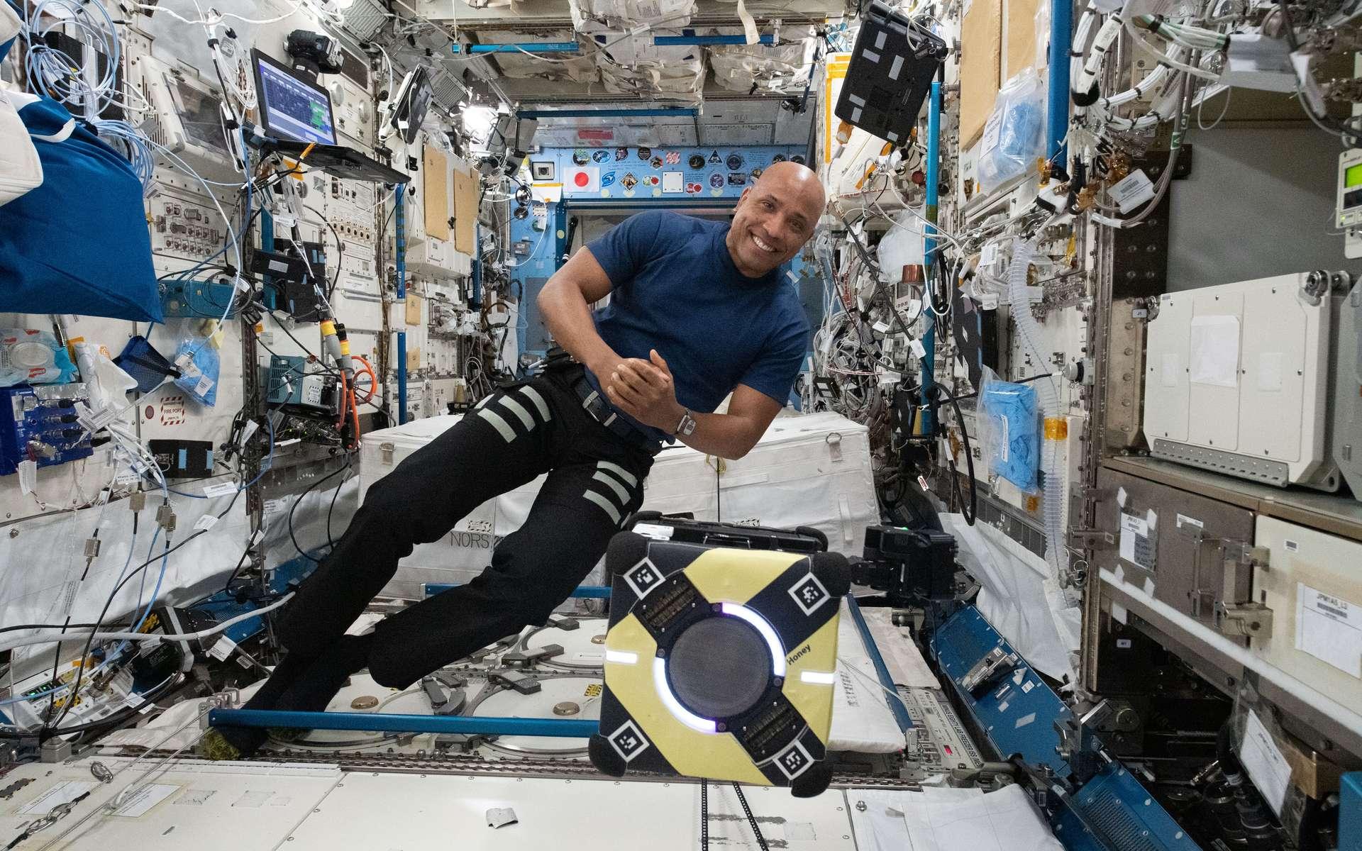 L'astronaute de la Nasa et ingénieur de vol Expedition 64, Victor Glover travaille avec le robot Astrobee à bord de la station spatiale pour tester un adhésif pour la saisie et la manipulation robotiques dans le cadre de l'expérience Astrobee / Gecko-2. © Nasa
