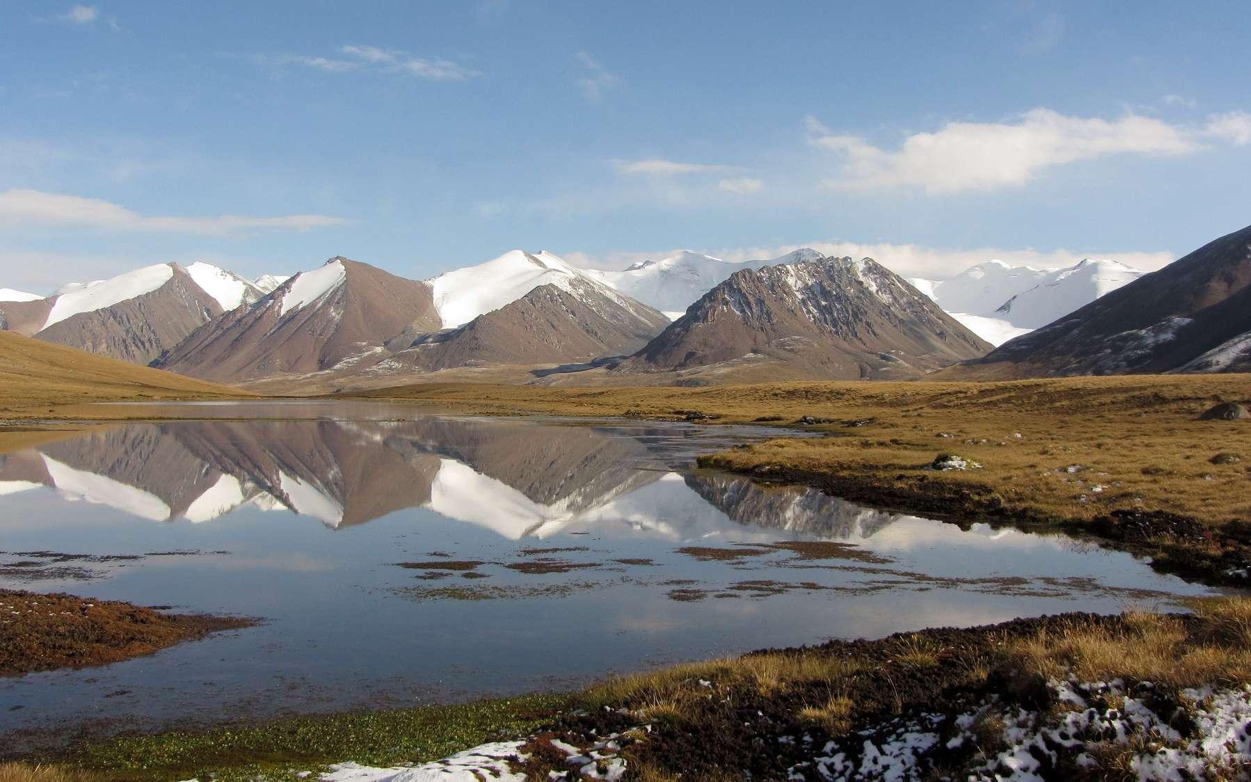 Glaciers couverts de neige dans les montagnes de Terskey Ala-Too, au Kirghizistan. Les glaciers des monts Tian perdent du volume et de la masse à un rythme rapide. © D. Farinotti, GFZ/WSL