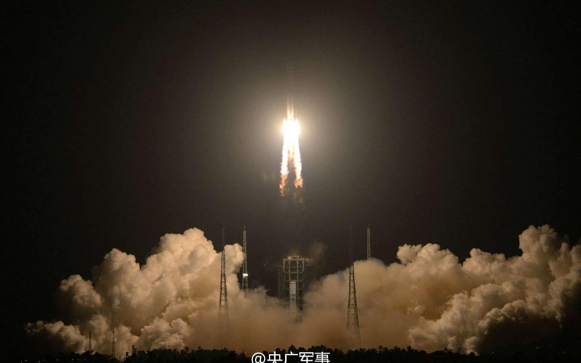 Décollage du Longue Marche 5 (CZ-5) pour son premier vol d'essai, le 3 novembre, depuis Wenchang, le nouveau site de lancement chinois situé sur l'île d'Hainan. © DR