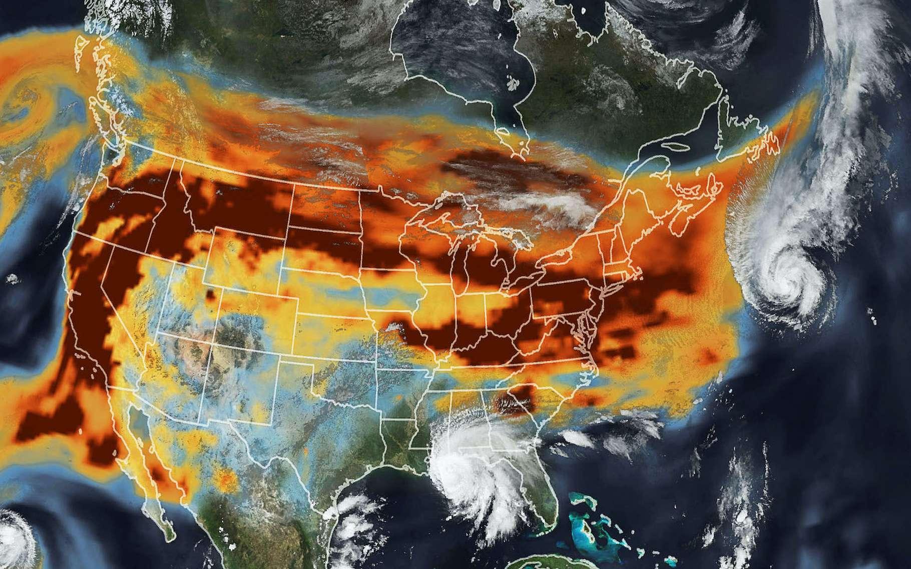 Au-dessus des États-Unis, les ouragans ont rencontré les fumées des incendies qui ravagent l'ouest du pays. © Nasa Earth Observatory