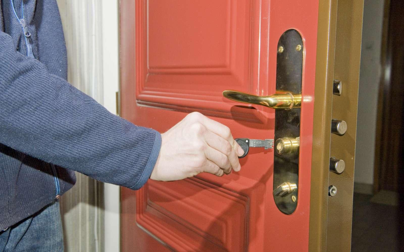 Pose d'une porte en rénovation. © DR