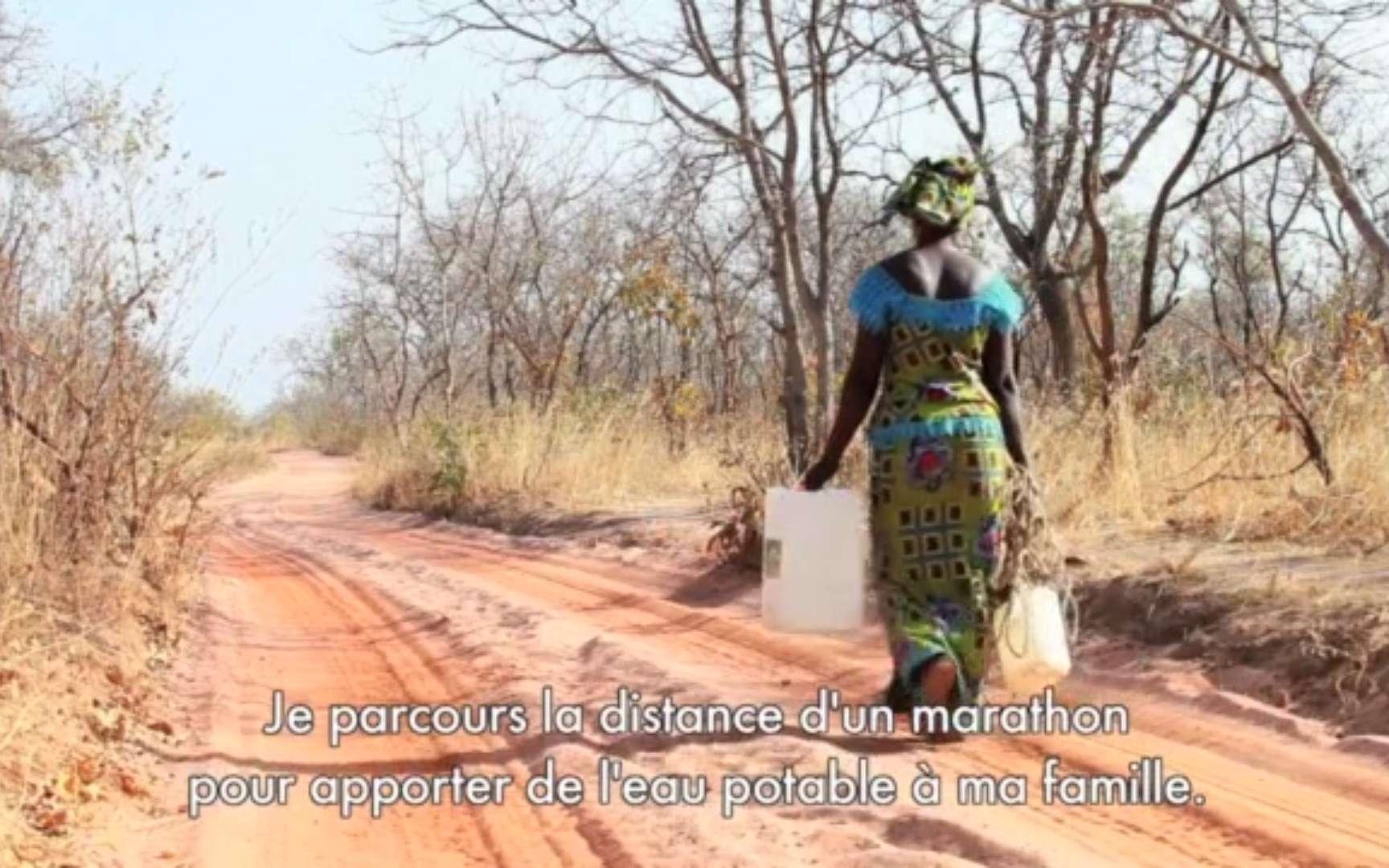 Siabatou Sanneh a participé au marathon de Paris 2015. Chez elle, en Gambie, elle parcourt cette distance pour aller chercher de l'eau potable destinée à sa famille. © Maraton Walker