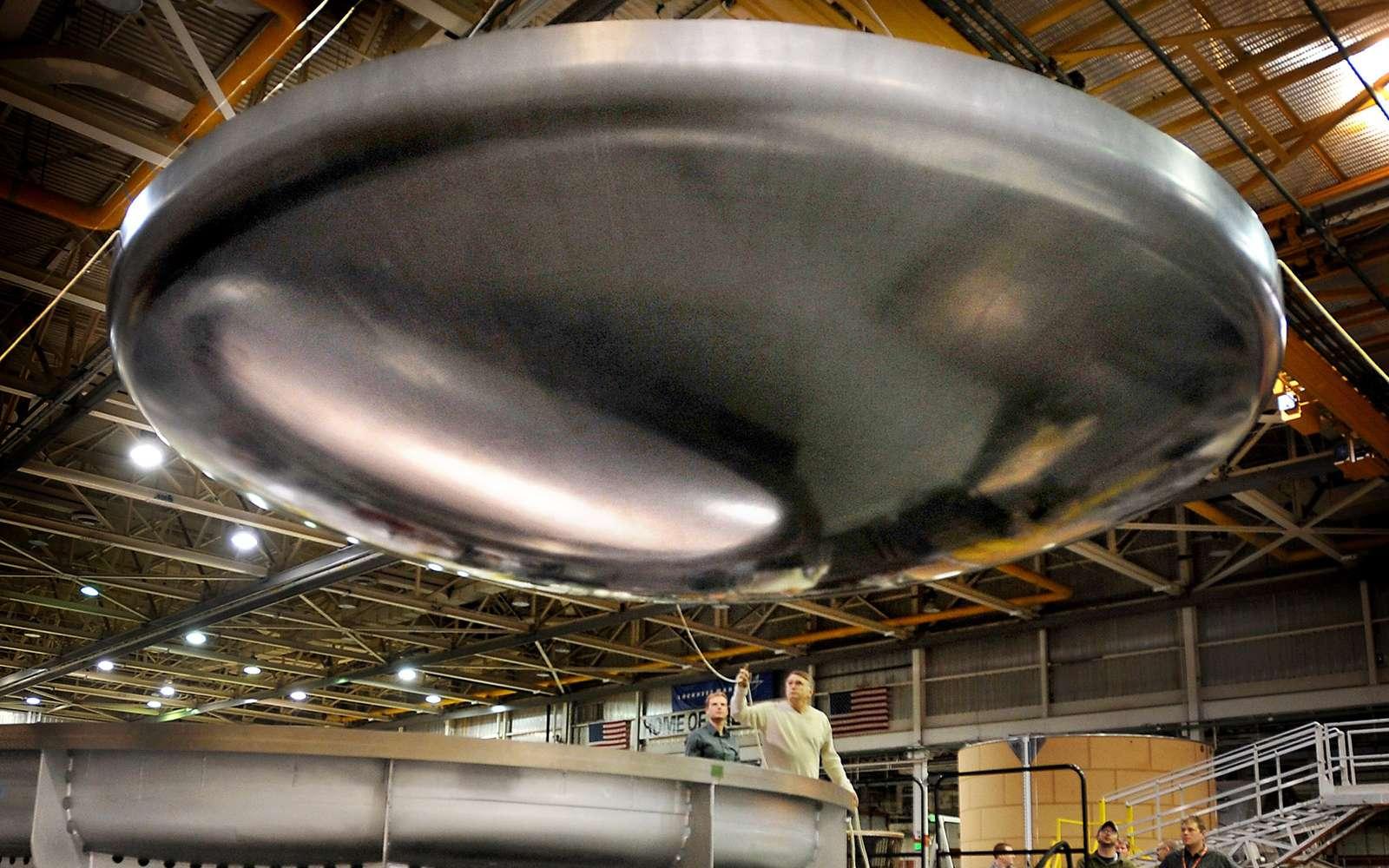 Le bouclier thermique d'Orion sorti de son moule de l'usine de matériau composite de Lockheed Martin, à Denver. Crédit Lockheed Martin