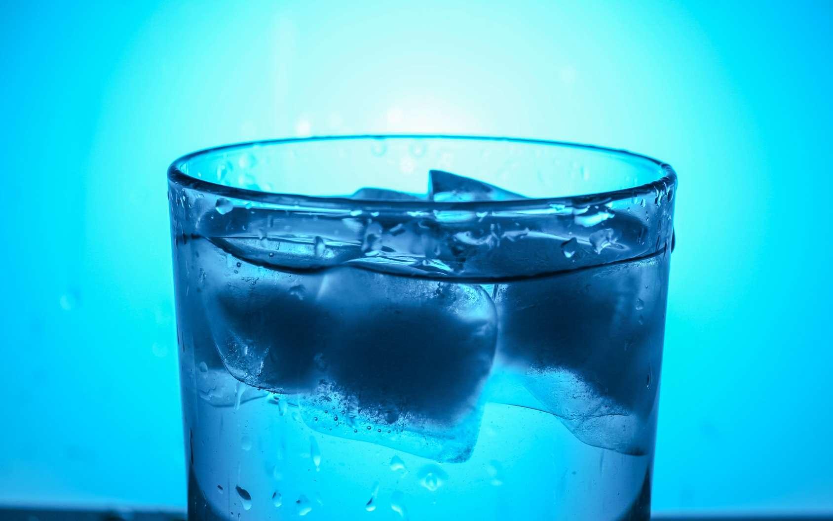 Plus légers que l'eau liquide, les glaçons flottent à la surface. © Pavlofox, Fotolia