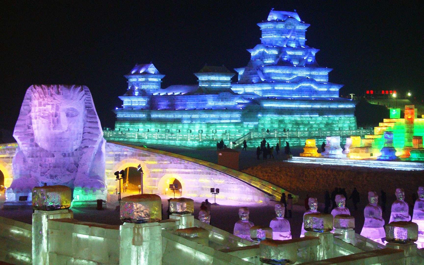 Festival de sculptures sur glace et de neige de Harbin, en Chine. Le festival de sculptures sur glace et de neige de Harbin, en Chine, est un événement annuel international qui débute au mois de janvier et dure environ un mois. Les visiteurs peuvent y admirer les sculptures sur glace les plus folles. © Dayou_X, Wikimedia Commons, CC by-sa 2.0